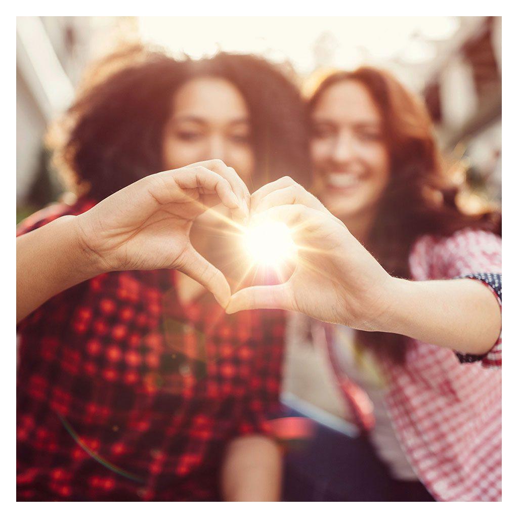 Junge Frauen formen Herz